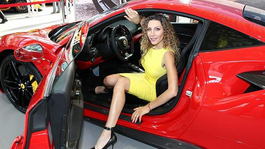 Olga Lounová auta a závodění miluje.
