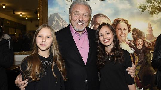 Karel Gott s dcerami na premiéře nového filmu