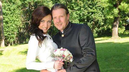 Ženich Martin nevěstu Míšu téměř obejme v pase.