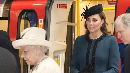 Vévodkyně Catherine i královna Alžběta II. vyzkoušely pohodlí metra v Londýně.