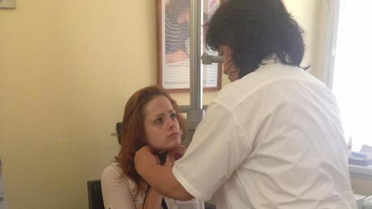 Vyděšená Hrůzová v péči lékařky