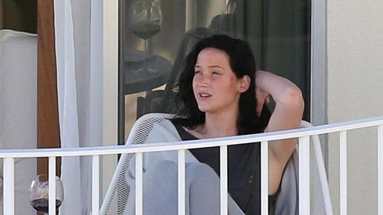 Jennifer Lawrence odpočívá na balkóně hotelového pokoje.