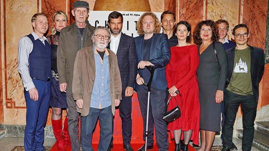 Ladislav Mrkvička (uprostřed) s kolegy z filmu Staříci