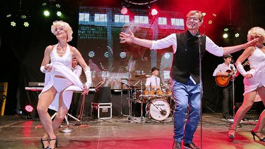 Sněd bych tě celou, když vlasy máš yellow... Petra Kotvalda jeho žena Hana (vlevo) tanečně doprovází.
