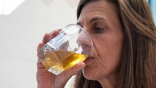 Carrie denně vypije pět sklenic vlastní moči.