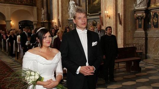 Ilona Csáková a Radek Voneš před oltářem.