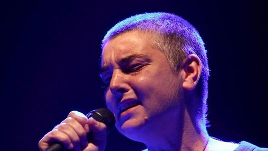 Sinéad O'Connor při jednom ze svých koncertů.