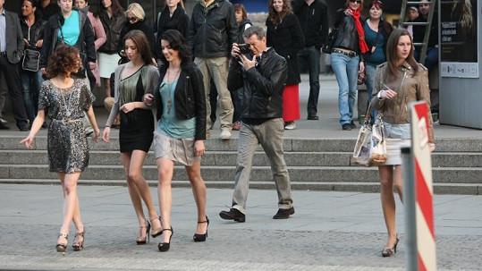 Pierce Brosnan a tři nádherné modelky.