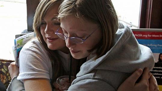 Za nevinné přátelské obejmutí nyní zůstávají studenti po škole.