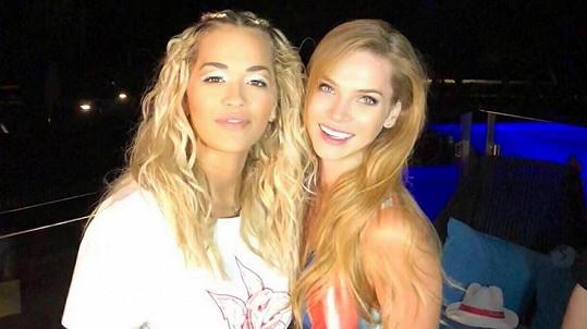 Rita Ora (vlevo) a Andrea Verešová se setkaly na večírku.