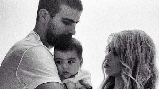 Gerard Piqué chová syna za dohledu maminky Shakiry.
