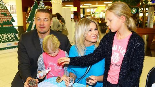 Petr Jákl s manželkou Romanou s dcerami