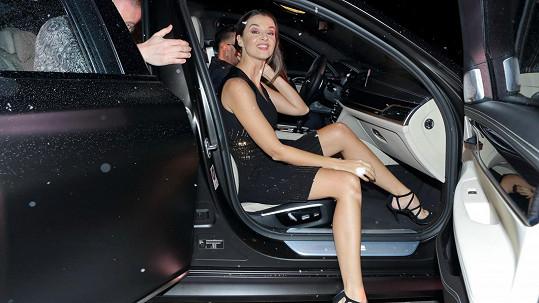 Iva by mohla dávat lekce, jak důstojně vystoupit z auta.