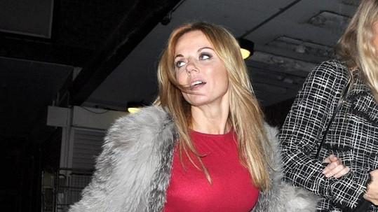 Geri Halliwell při odchodu z nočního podniku The Box Soho v Londýně.