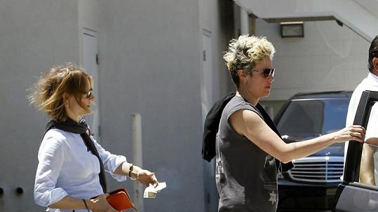 Jodie Foster a Cydney Bernard (vpravo).
