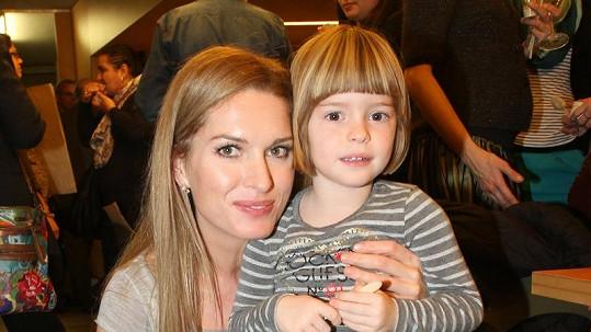 Olga Menzelová s roztomilou dcerou.