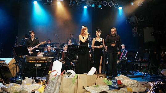 Aňa Geislerová s Táňou Vilhlemovou na koncertu.