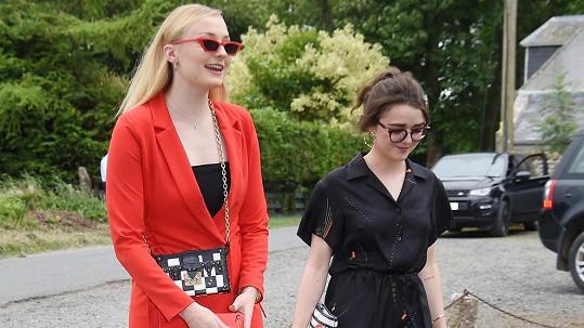 Sophie Turner (vlevo) a Maisie Williams