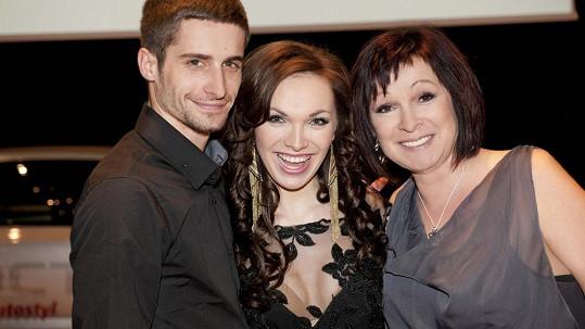 Kamila Nývltová s přítelem Tomášem a maminkou Ivetou.