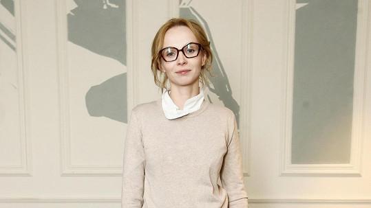 Jana Plodková připomíná stojan na brýle.