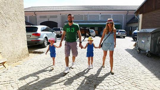 Roman Vojtek s manželkou, dcerou a neteří