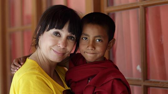 Nela Boudová s malým mnichem