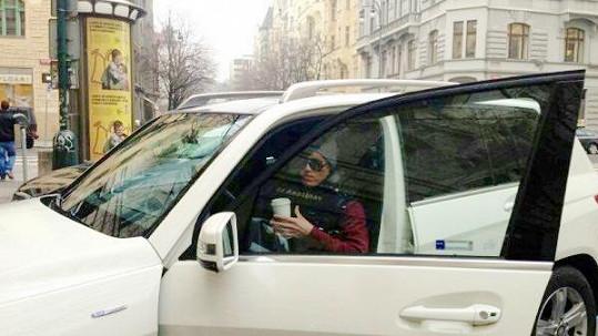 Pokud uvidíte, jak zpěvák usedá za volant svého vozu, dejte se na ústup.
