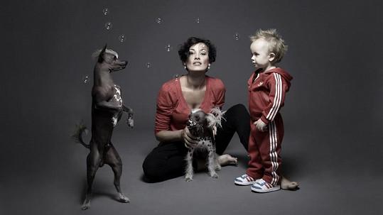 Míša Salačová se synem Oliverem a svými psíky.