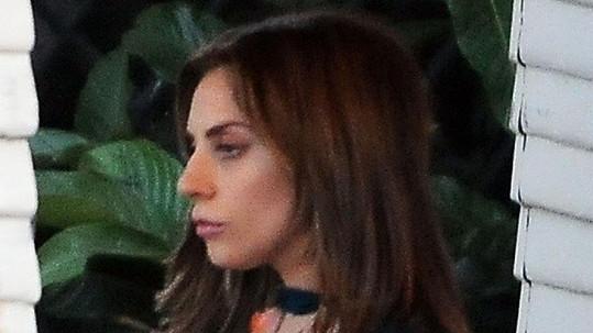 Lady Gaga má nyní oříškově hnědou barvu vlasů.