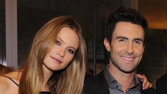 Známý zpěvák a úspěšná modelka oznámili zásnuby.