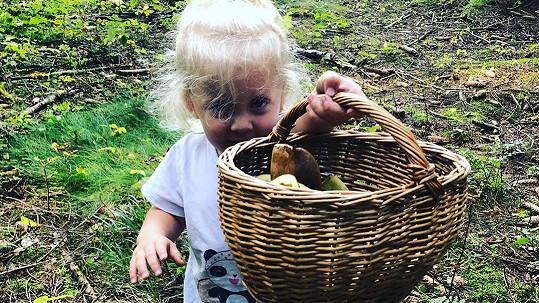 Mia Prachařová s košíkem hub