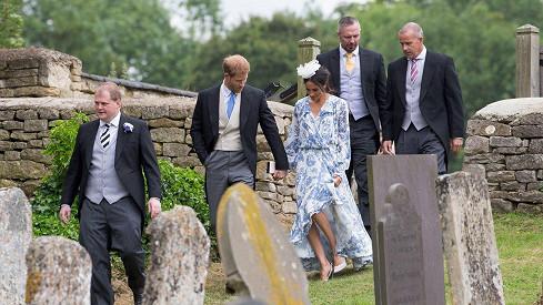 Vévoda a vévodkyně ze Sussexu přicházejí na svatbu Harryho sestřenice.