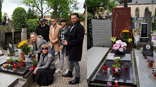 U hrobu se sešly hvězdy muzikálu Láska nebeská, ve kterém zazní Matuškovy hity.
