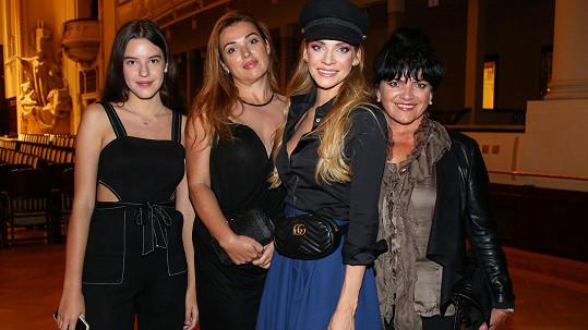 Andreu přišla podpořit maminka Ester Verešová (vpravo), sestra Alexandra Nejedlá (vlevo vedle modelky) a neteř Ella.