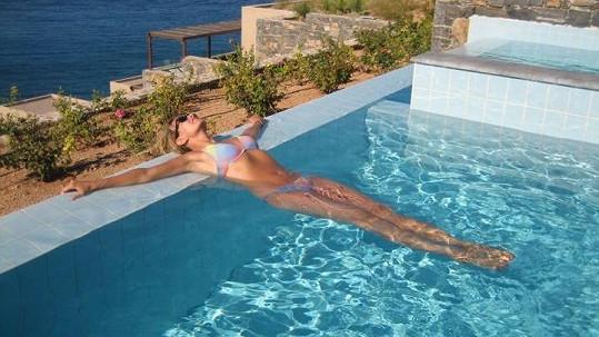 Monika Absolonová si užívala relaxaci v hotelovém bazénu.