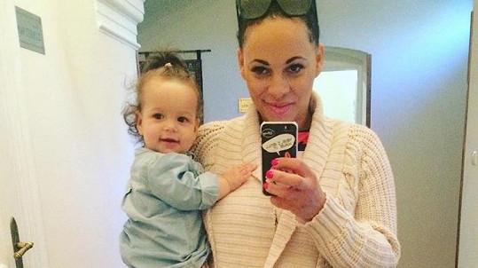 Tina se svou roztomilou dcerkou