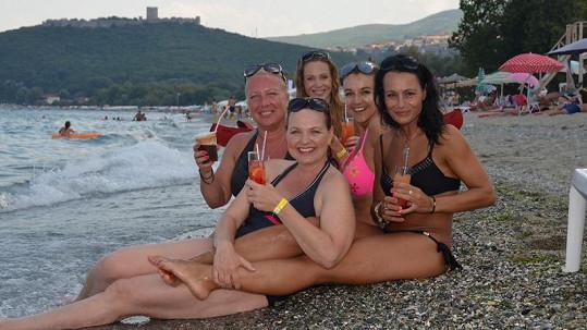 Dámy si daly drink na břehu moře.