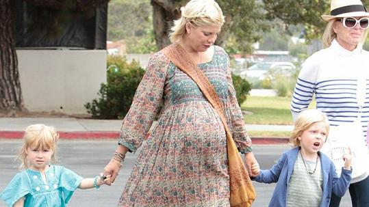 Těhotná Tori Spelling se staršími dětmi Liamem a Stellou při posledním těhotenství.