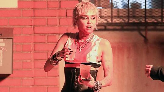Miley Cyrus při natáčení klipu k písni Prisoner