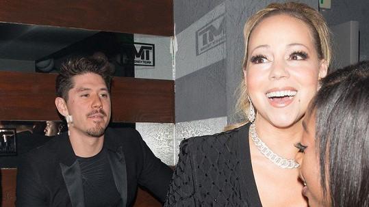 V nočním klubu The Reserve v Los Angeles Mariah Carey doslova zářila. Mohly za to diamanty, nebo její zajíček?.
