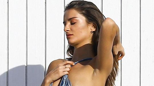 Modelka Gabrielle Caunesil neuhlídala plavky.