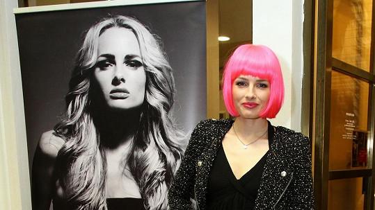 Poznáte kráskku v růžových vlasech?