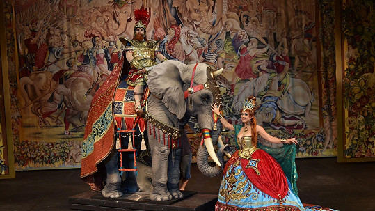 Jednou z dominant scény je i obří slon.