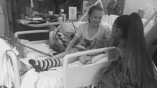 Ariana Grande u lůžka desetileté Jaden, která byla při útoku zraněná.