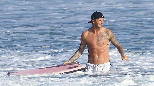 David Beckham si o víkendu užil surfování v Malibu.