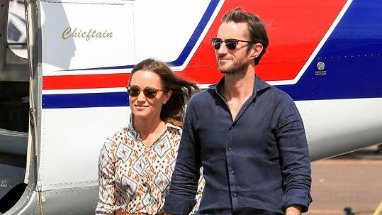 Všimli jste si na fotkách tohoto slavného páru něčeho nového? Ano, tentokráte se usmívá i manžel Pippy James.