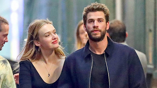 Liam Hemsworth randí s Maddison Brown.