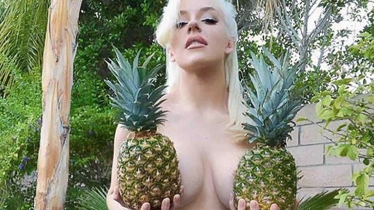 Courtney jako ananasová nestyda