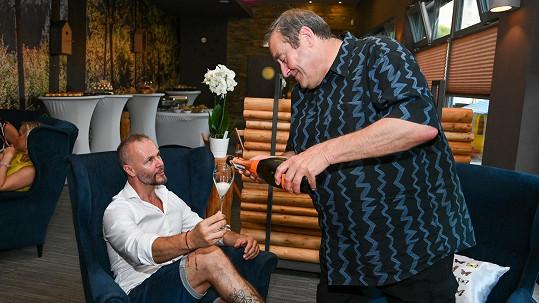 Muzikálový zpěvák Braňo otevíral kavárnu a obsluhoval ho komorník Freddieho Mercuryho.