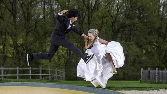 Libor Podmol s novomanželkou na trampolíně
